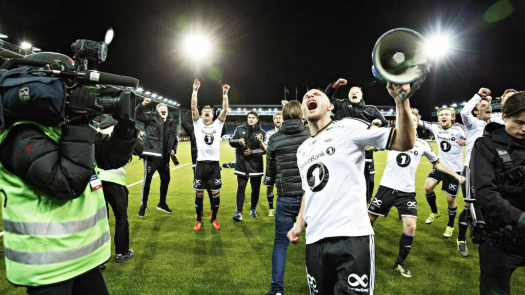 TOK AV: Så glad ble Mikael Dorsin og resten av Rosenborg-spillerne da det første seriemesterskapet på fem år gikk i boks i går kveld. Foto: Nina Hansen