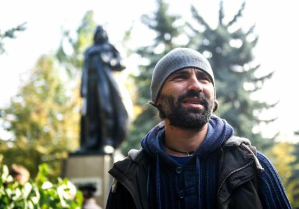 KUNSTNER:  The Telegraph skriver at kunstneren Aleksander Milov har gitt Lenin en lang kappe og dekket hodet hans med den karakteristiske masken gjort verdenskjent gjennom filmene til George Lucas. Foto: AFP PHOTO / VOLODYMYR SHUVAYEV / NTB SCANPIX