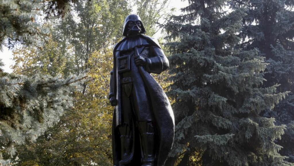 «ONDSKAPENS INKARNASJON»: I april innført Ukraina en ny lov som bannlyste alle kommunistiske symboler og monumenter. Et resultat av denne «oppryddingen» står i en park i byen Odessa der Lenin har blitt til Darth Vader. Foto: REUTERS/Yevgeny Volokin/NTB Scanpix