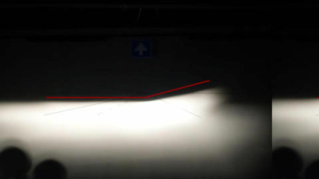STOR FORSKJELL: Kvaliteten på lyspæren utgjør stor forskjell for sjåførens syn i mørket. Pæren til venstre mister opp mot 30-40 meter som følge av kvaliteten.  Foto: MAGNUS G.ARNKVÆRN
