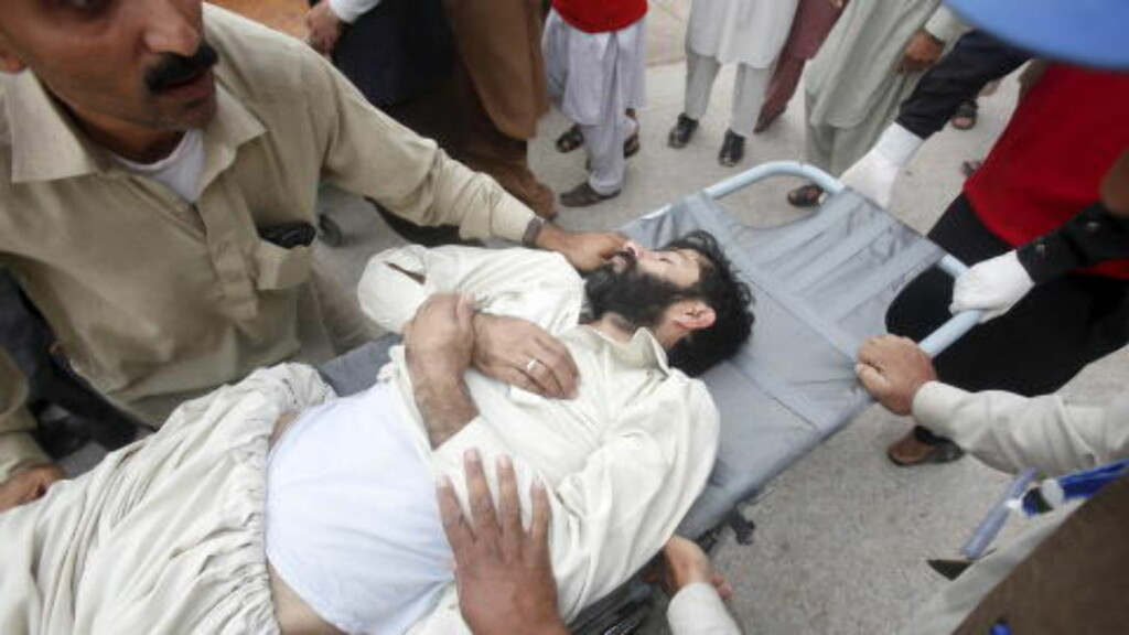 HUNDRETALLS SÅRET: I provinsen Khyber Pakhtunkhwa i Pakistan er 21 mennesker omkommet, mens minst 200 er skadd, ifølge redningsarbeidere. Foto: Reuters