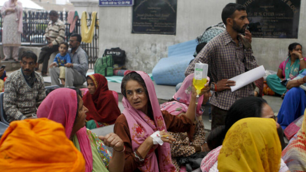 RAMMER EN HEL REGION:  Både Pakistan og India er blant verdens mest folkerike land. Dagens jordskjelv med episenter i det nordlige Afghanistan har rammet hele regionen. Her fra den indiske byen Jammu. Foto; AP Photo/Channi Anand