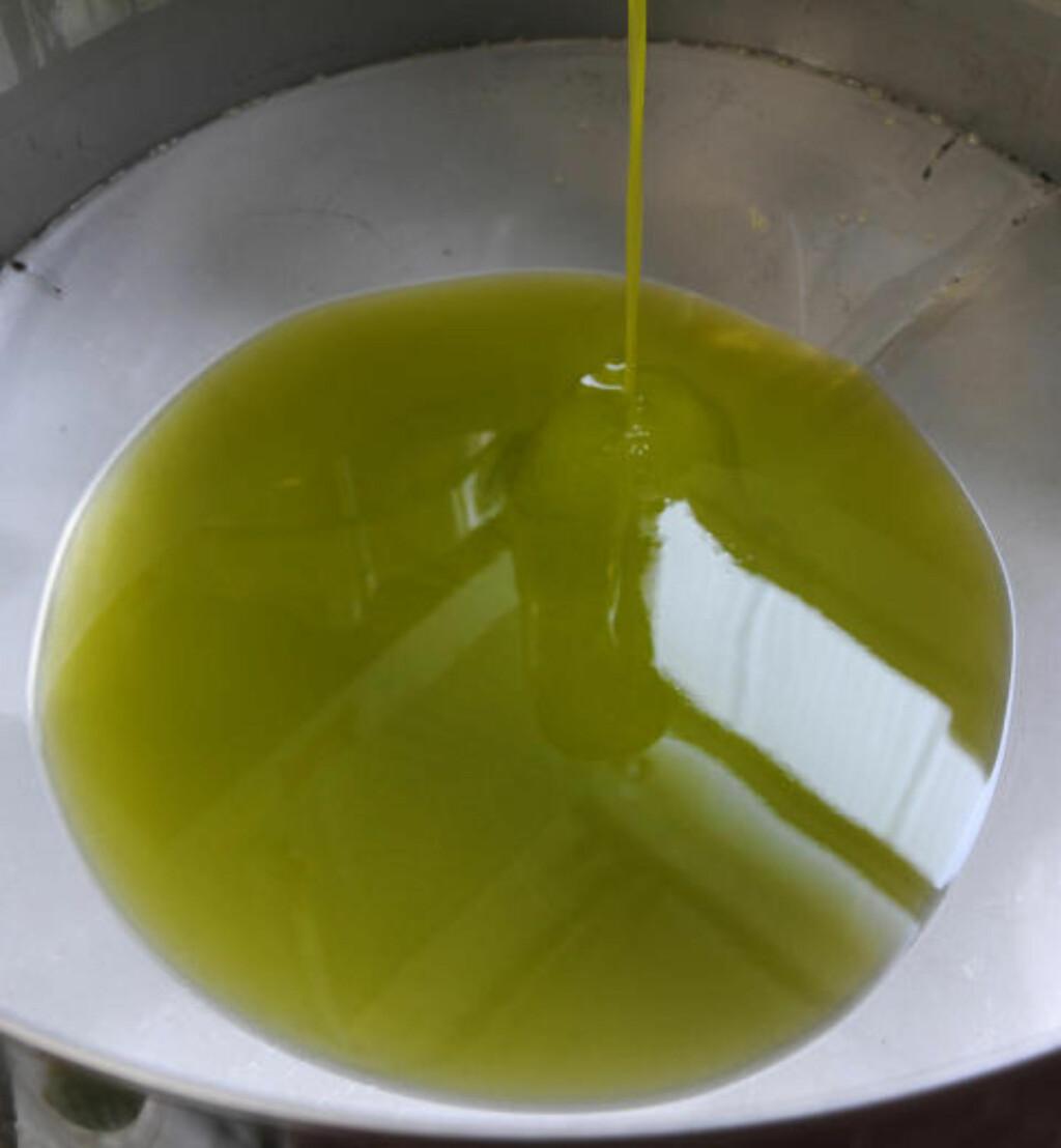 UFILTRERT : Olje som ikke er filtrert holder seg ikke like lenge som filtrert olje, og du bør ikke steke med den. Foto: ABACA / NTB SCANPIX