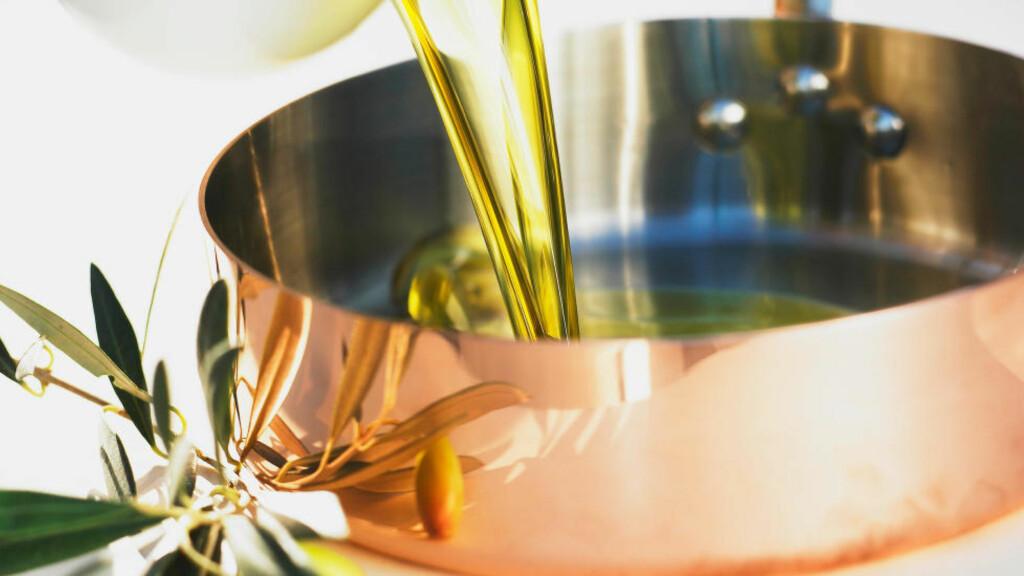 VARMESTEN: Tåler olivenoljen å bli varmet opp, har du fått et rent produkt. Foto: BON APPETIT / NTB SCANPIX