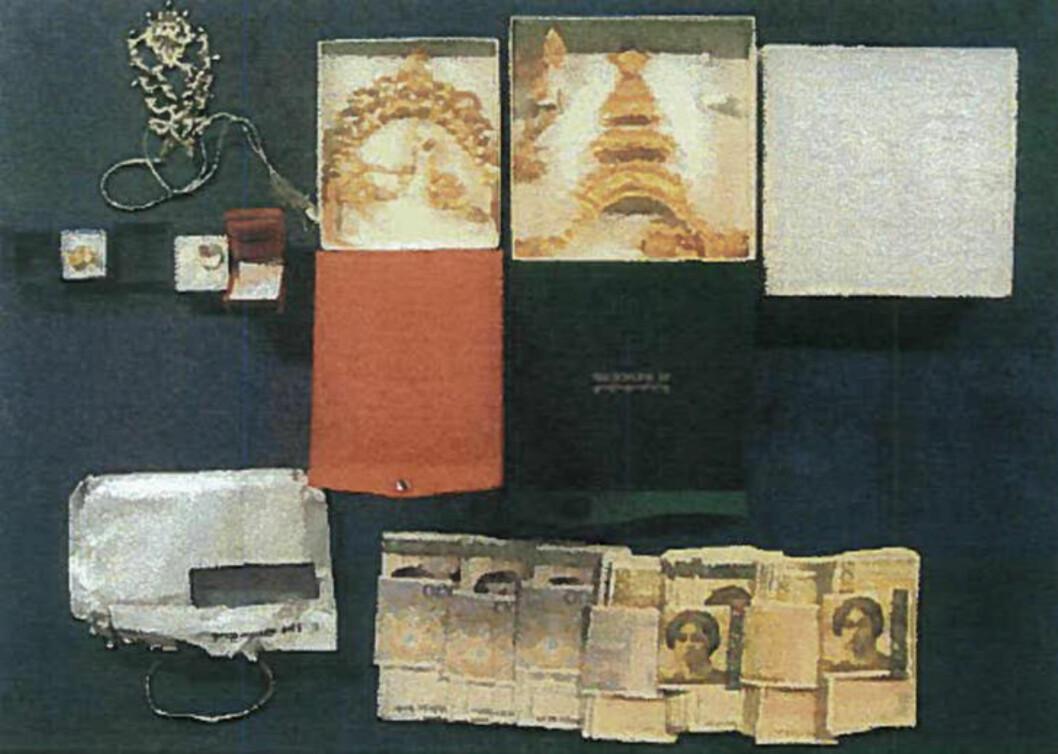 LAGRET I BANK: Også i en annen bankboks ble det funnet betydelige verdier i smykker og kontanter. Foto: POLITIET