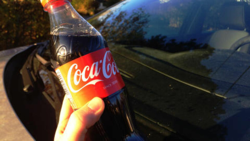 COLA KAN BRUKES TIL ALT:Teknisk leder Åge Tangen i Hurtigruta Carglass forteller at Cola er en god løsning når gode råd er dyre og sikten håpløs!  Foto: BERIT NJARGA
