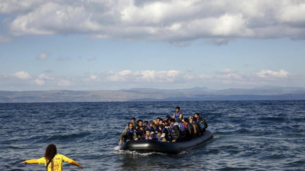 705 000 HITTIL I ÅR:  En spansk frivillig tar i mot en overfylt gummibåt med afghanere på den greske øya Lesvos søndag. Foto: Yannis Behrakis, Reuters/NTB Scanpix.