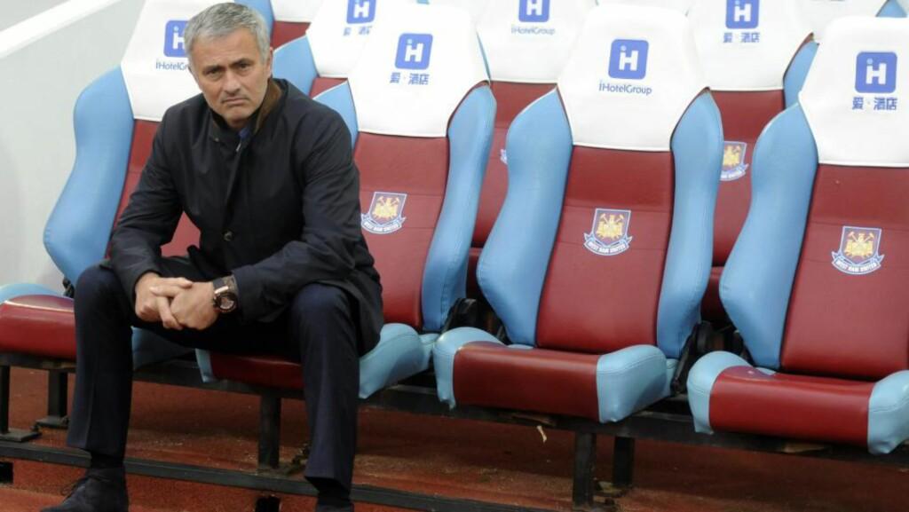 PÅ TRIBUNEN. Det blir noen kamper på tribunen for Chelsea-manager José Mourinho etter diverse utbrudd mot dommer i det siste. Om han får bli i Chelsea. Her er han avbildet foran møtet med West Ham. Da havnet han på tribunen underveis i kampen. Britisk presse spekulerer vilt. Men norsk supporterleder mener noe annet. Foto: EPA/Hannah Mackay/NTB/Scanpix.