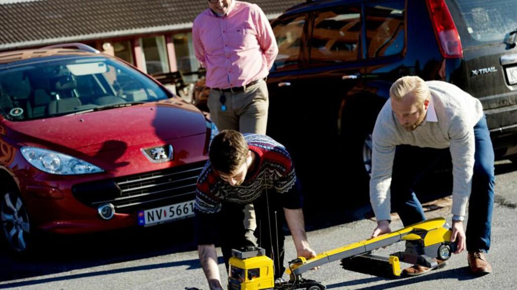 Førerløs brøyting : Baard Røsvik (bak) og Thor Christian Øveraasen (t.h) har etablert selskapet Yeti Snow Technology og vil kommersialisere autonome brøytemaskiner til flyplasser. Halvor Røed Jensen er en av fire masterstudenter som har utviklet prototypen. Foto: Finansavisen