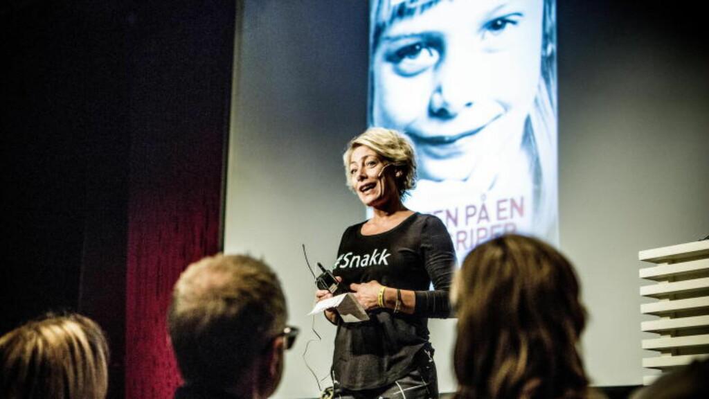 SNAKKER OM OVERGREP: Anett Berntsberg Eck gir ut bok der hun forteller at hun ble utsatt for overgrep i barndommen. I kveld var det lanseringsfest for boka, «Jakten på en overgriper» på Litteraturhuset i Oslo. - Åpenhet er viktig for meg. Voldtekt og seksuelle overgrep er jævlige greier. De færreste vil snakke om det, men jeg gjør det, sier hun.   Foto: Christian Roth Christensen / Dagbladet