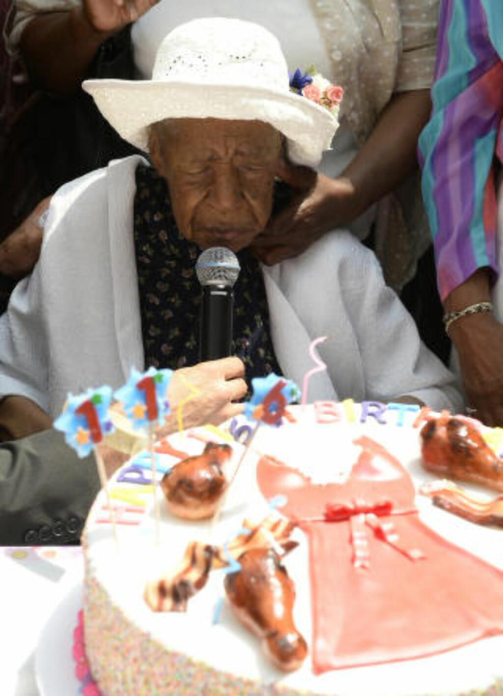 BACONKAKE: 116-årskaka var pyntet med baconstriper, kyllingklubber og en rød kjole. Foto: Paul Martinka / Polaris/NTB scanpix