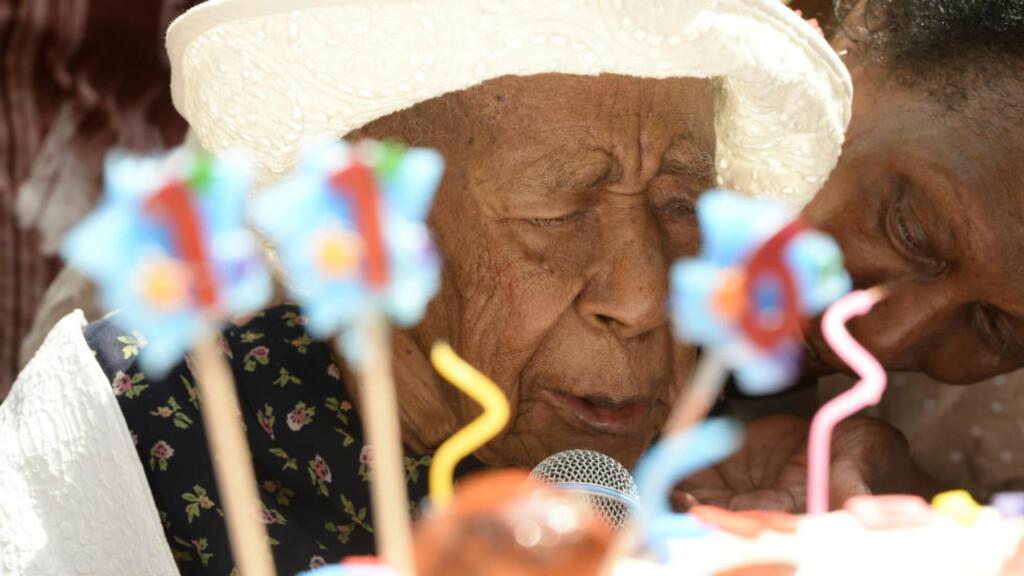 TYGGIS OG BACON: Det var en storstilt feiring da Susannah Mushatt Jones rundet 116 år i sommer, og ble verdens eldste nålevende person. Hun tilskriver blant annet alderdommen med et daglig inntak av noen striper bacon. Foto: Paul Martinka / Polaris / NTB scanpix