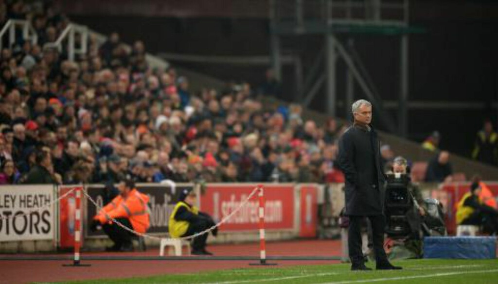 FIASKO: José Mourinho virker ikke veldig høy i hatten for tida. Foto: NTB Scanpix