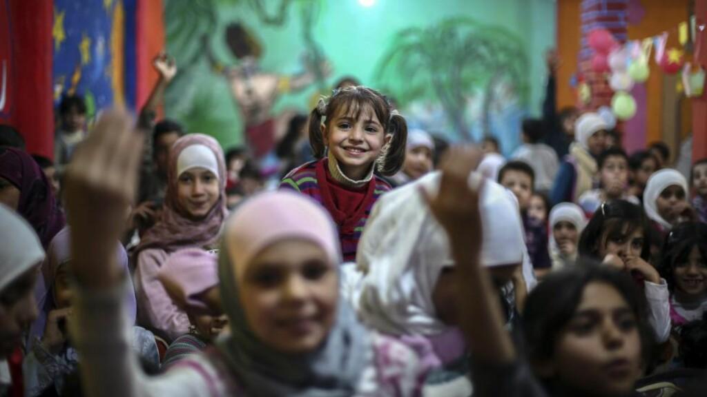 HÅPET : Syriske barn får støtte i krigen. Her fra Douma, i utkanten av Damaskus, som er kontrollert av en av opprørsgruppene mot Bashar al-Assad, i går. EPA/MOHAMMED BADRA/Scanpix