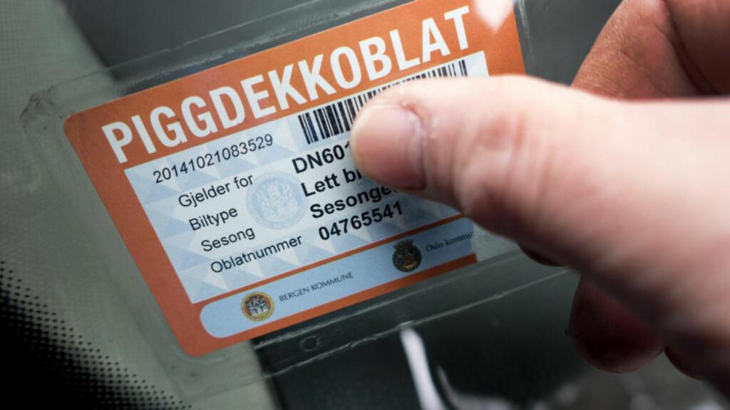 OBLATKLAR: Fra søndag må du igjen ha oblat når du kjører igjennom Oslo eller Bergen.  Foto: NTB SCANPIX / GORM KALLESTAD