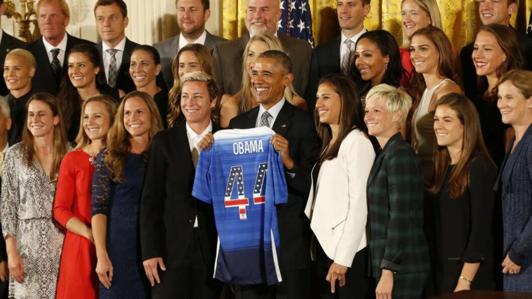 HYLLET GULLJENTENE: Det amerikanske fotballandslaget for kvinner, som tok VM-gull i sommer, ble tirsdag hyllet av president Barack Obama i Det hvite hus. Foto:  Geoff Burke-USA TODAY Sports