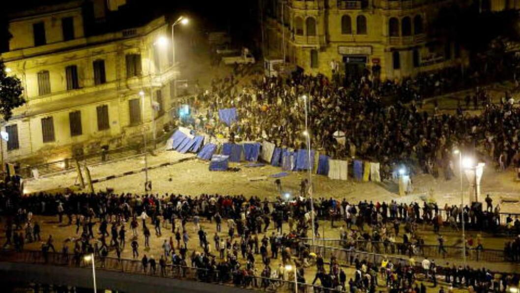 GATEKAMPER:  Kaoset i Kairos gater i januar 2011 var voldsomt og brutalt. Her er det tilhengere av diktatoren Hosni Mubarak som blir presset ut av gata og opp på en bro. De revolusjonære fra Tahrir-plassen har rykket fram flere hundre meter. Foto: Jon Terje Hellgren Hansen /Dagbladet