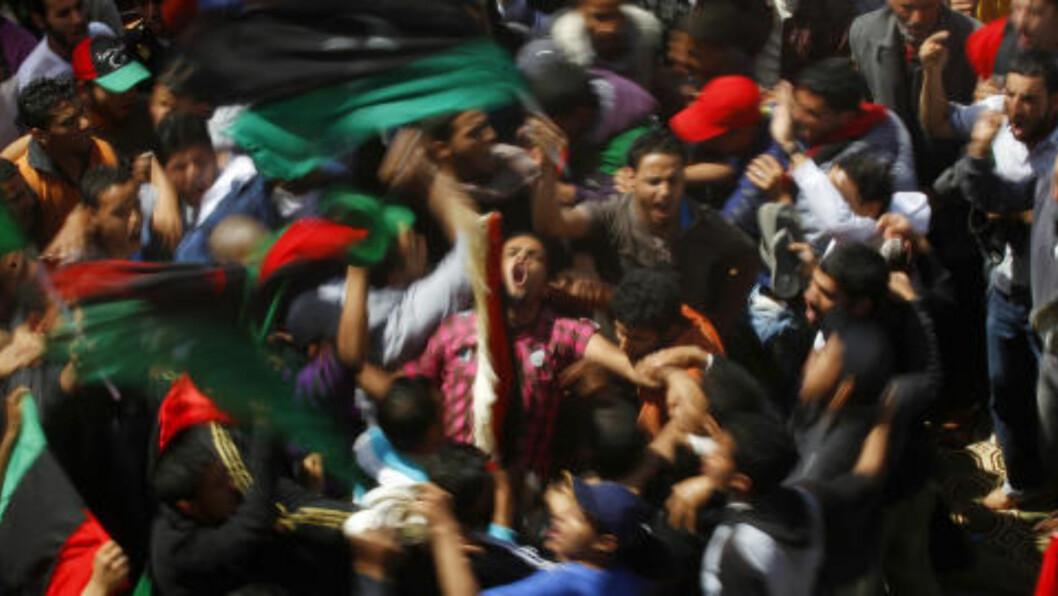 I KORTVARIG LYKKERUS:  Ekstatiske libyere feirer at de er i gang med kampen for å bli kvitt sin forhatte diktator, Muammar Kadhafi. Men fem år etter den libyske revolusjonen, er situasjonen svært vanskelig, med tusenvis av ulike overbevæpnede militsgrupper, to regjeringer som ikke anerkjenner hverandre, i tillegg til at terrorgruppen IS (den såkalte islamske staten) har tatt kontroll over små enklaver av landet. Foto: Yannis Behrakis / Reuters / Scanpix