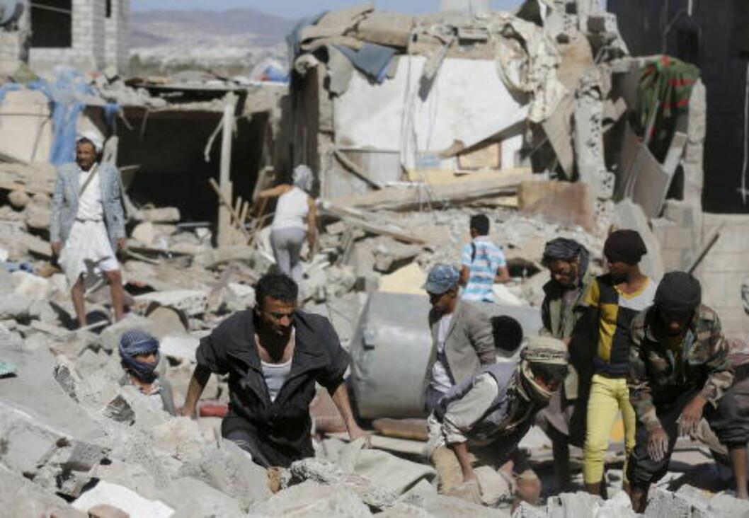 REGIONAL BORGERKRIG:  Jemenitter leter etter overlevende i ruinene, etter at Saudi Arabia bombet området i hovedstaden tidligere i år. Jemen er nå i borgerkrig, med en rekke regionale aktører involvert. Det lover ikke bra for en fredelig framtid. Foto: Khaled Abdullah / Reuters / Scanpix