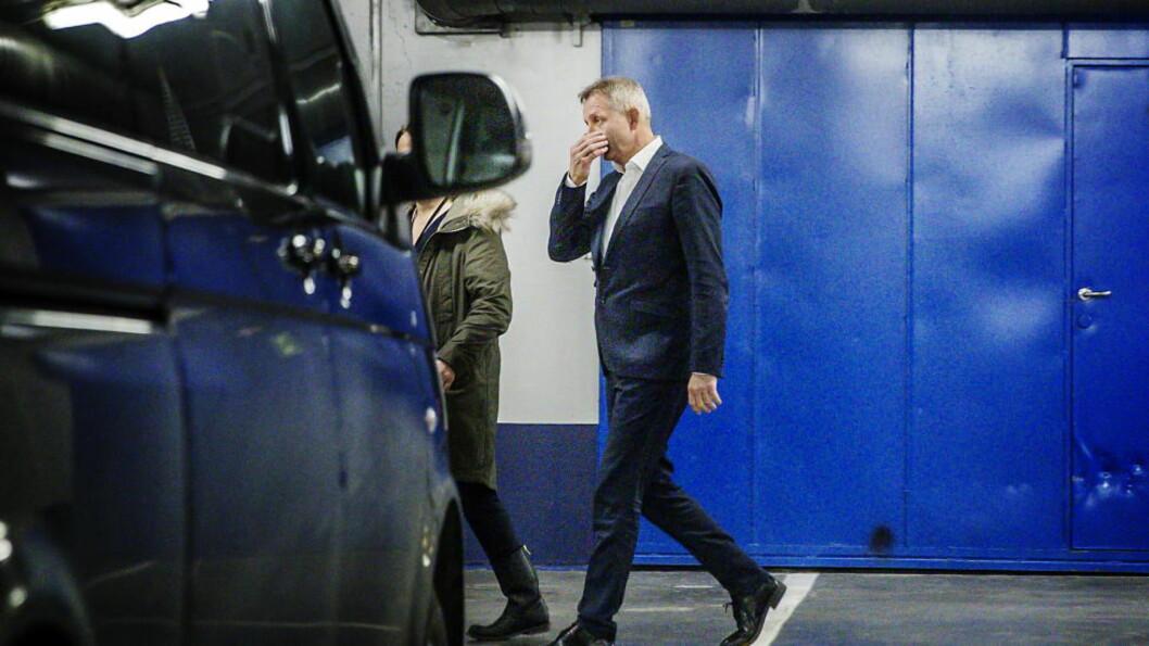 <strong>FØRES BORT:</strong> Vimpelcom-sjef Jo Lunder i Ibsen parkeringshus etter avhør hos Økokrim i går klokka 17.30. Foto. Nina Hansen
