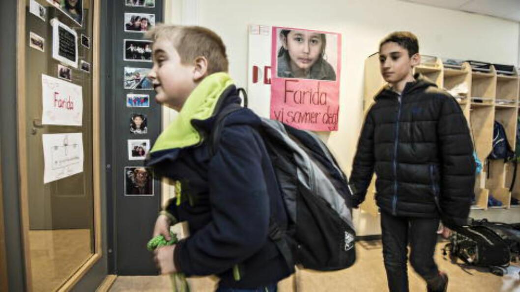 SAVNER FARIDA: Både i klasserommet og i gangen til femteklassingene på Dokka barneskole henger det brev og bilder av deres kjære venninne, Farida. Foto: Hans Arne Vedlog