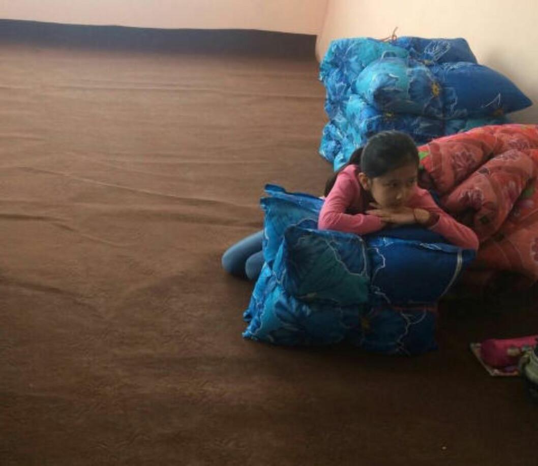 REDD: De første månedene i Afghanistan lå bare Farida (9) på gulvet og var trist og redd. De ukentlige leksene gjør livet litt lettere, men Farida håper og tror at hun kan komme hjem til det hun mener er sitt hjem: Norge. Foto: Privat