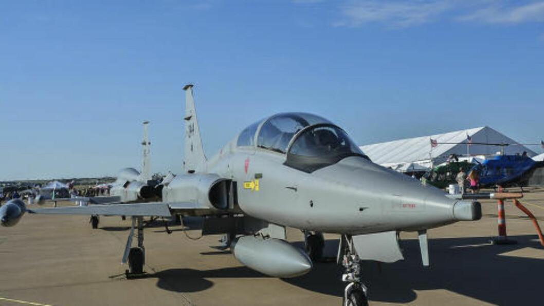 PRIVATFLY: Disse to F-5 jagerflyene ble solgt til Texas-milliardæren Ross Perot jr for 120 000 kroner. Foto: Dave Chng/Airwingspotter