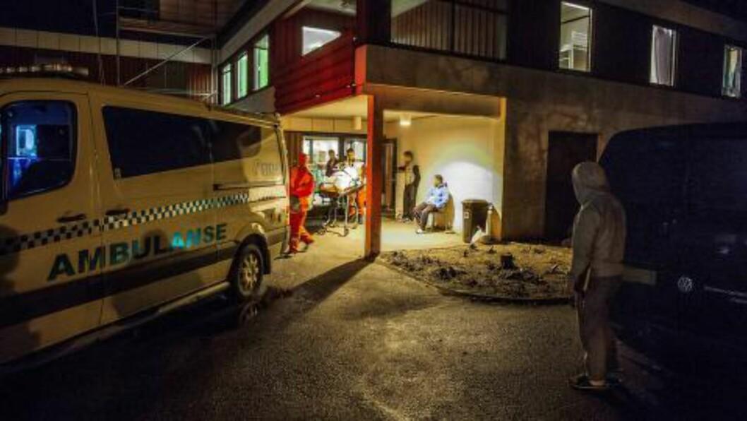 <strong>AMBULANSE:</strong> En sy beboer på mottaket ble hentet med ambulanse på kveldstid, men varslet mottaksledelsen om magesmertene allerede i 9-tiden samme morgen. Mottaket forklarer at all behandling av kvinnen skjedde i samråd med legevakt. Foto: John T.Pedersen / Dagbladet