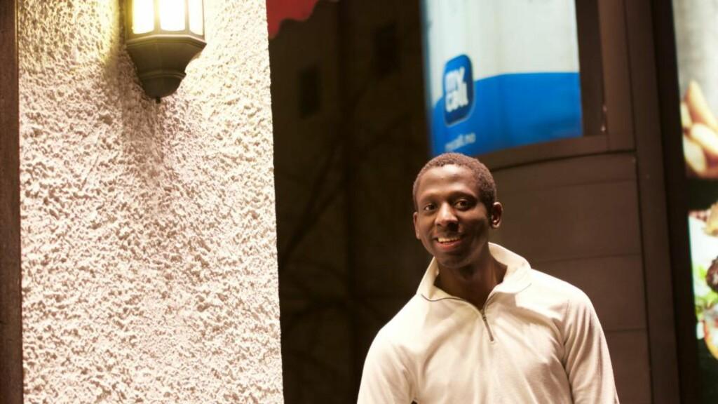 GLAD: Abdulatifu Ssenyondwa er glad for tida. Han synes det var deilig å vinne rettssaken mot UNE. Nå håper han at dommen står seg. Da får han endelig en godkjent identitet igjen. Foto: Ådne Husby Sandnes