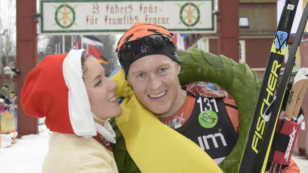 <strong>DEN UBESTRIDTE ENEREN:</strong> Petter Eliassen vant stort sett alt i langløpssirkuset i fjor. Her er han med den legendariske kransen fra Vasaloppet.  Foto: Ulf Palm / TT / NTB Scanpix