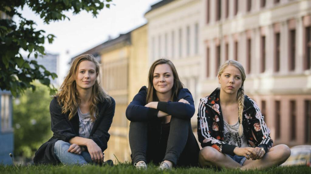 POPULÆR TRIO: (Fra venstre) Gine Cornelia Pedersen, Siri Seljeseth og Alexandra Gjerpen spiller hovedrollene i NRK-serien «Unge lovende». Første episode har blitt sett av nærmere 77 000 mennesker i løpet av sin første uke på nett-tv. Foto: Eirik Evjen / NRK