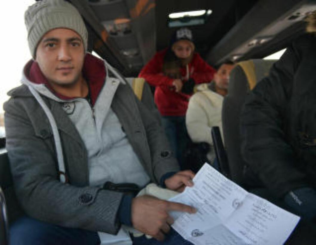 FRA PALESTINA: Muhammed el-Pakasha med et FN-dokument som viser at han er bilmekaniker. Foto: Dagbladet