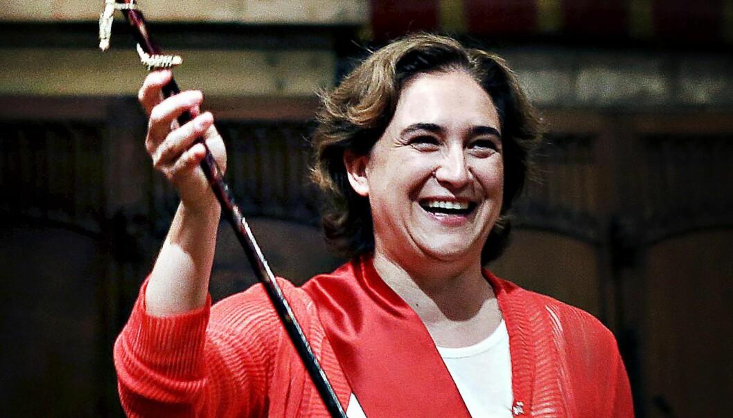 TIL KAMP: Ordfører Ada Colau i Barcelona holder opp «bara» idet hun ble insatt i fjor. I sommer har hun fortsatt sin kamp mot banker og bolig-spekulanter og for å bevare byens kultur og sjel mot flommen av feriegjerster.
