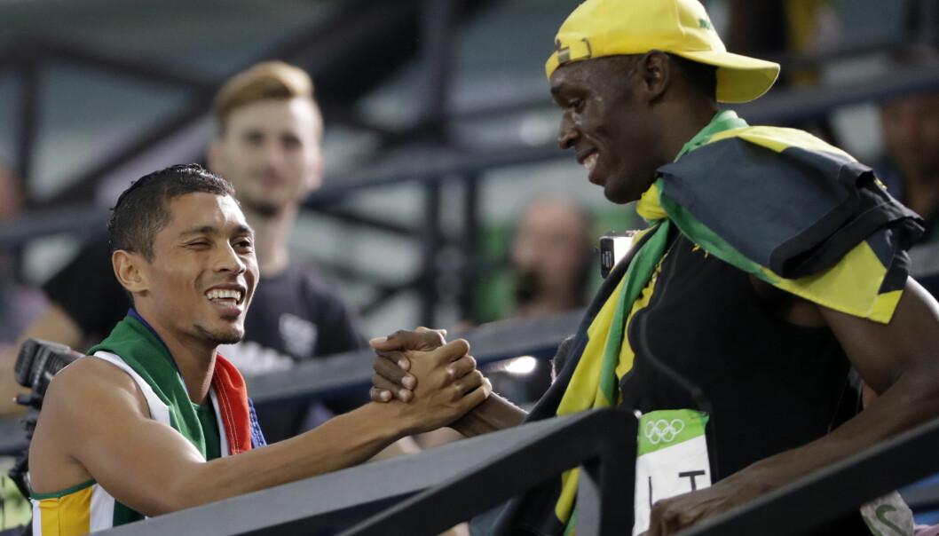 <strong>BLE GRATULERT:</strong> Usain Bolt avbrøt intervju for å gratulere Wayde Van Niekerk etter verdensrekorden. Foto: AP Photo/David Goldman/NTB Scanpix