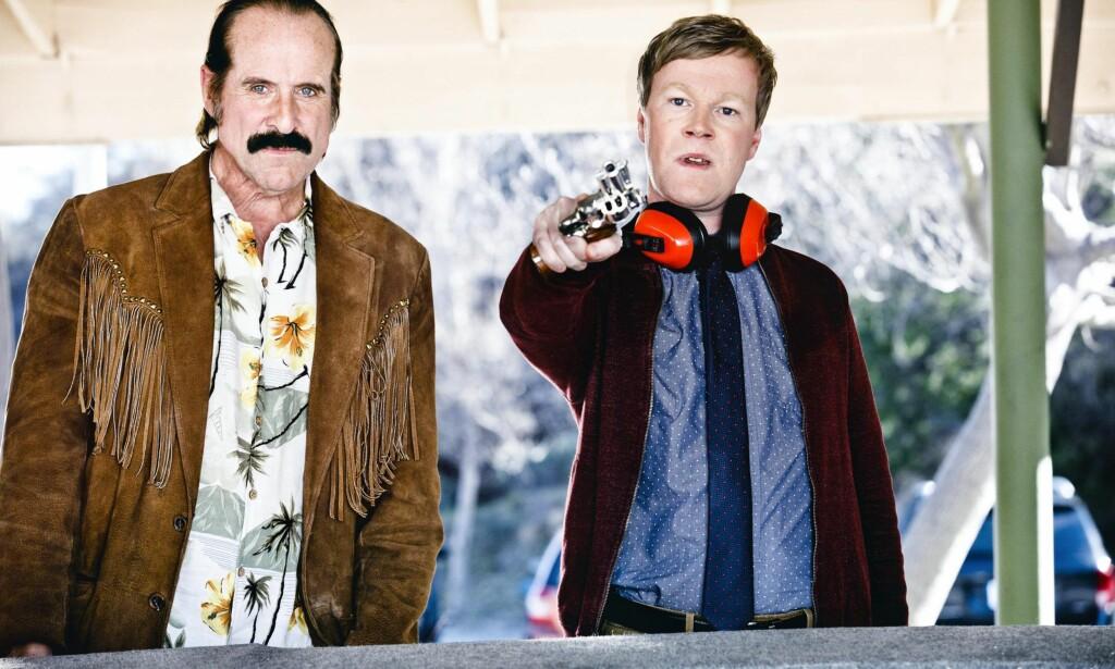 MAKKERE: Skuespillerne Peter Stormare og Johan Glans har hovedrollene som de to privatetterforskerne Ingmar og Axel i strømmeserien «Swedish Dicks», som etter alle solemerker får premiere 2. september.