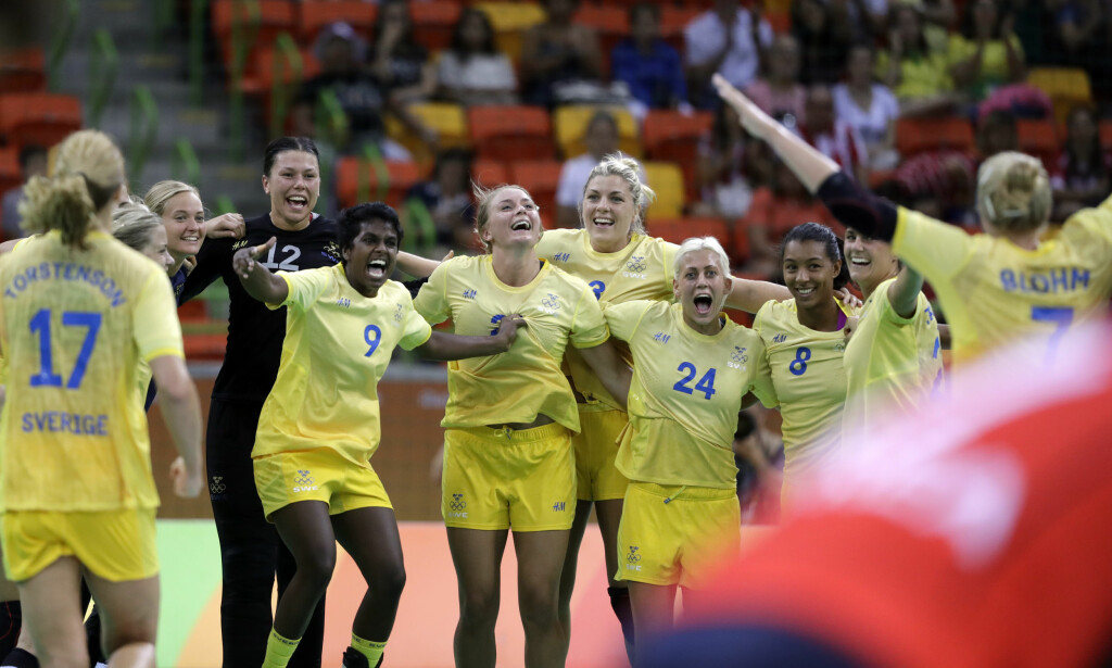 TENT: Sveriges håndballkvinner møter Norge til OL-kvartfinale i kveld klokka 22 norsk tid. Foto: AP Photo/Ben Curtis