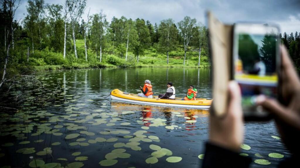 UT I KANO: Sumaya Botaan (t.v.), Asli Isse Botaan og Hudeyfa Ciise i kano på Syverudvannet i regi av Vålerenga Fotball. Foto: Christian Roth Christensen / Dagbladet