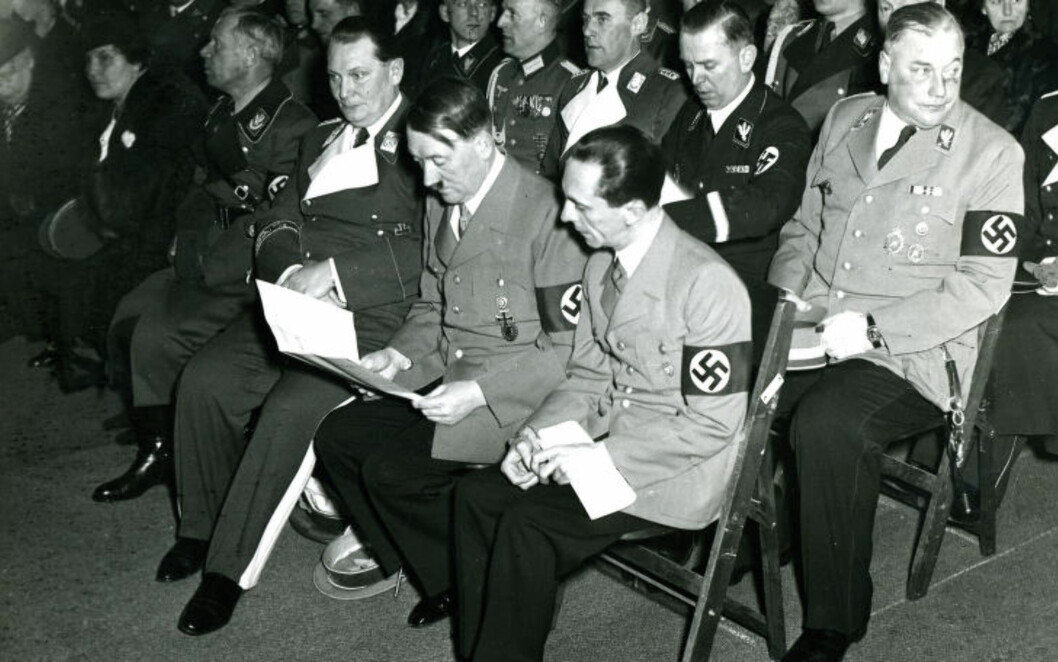 <strong>NAZI-TOPPER:</strong> Første rad Joseph Goebbels (t.h.), Adolf Hitler, Hermann Göring og Adolf Hühnlein. Rad to: Wilhelm Brückner. Foto: NTB Scanpix