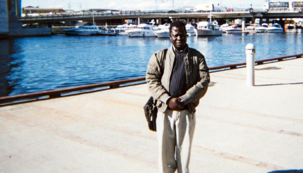 VED NIDELVA: Okello Akuay Ochalla kom til Norge som flyktning fra Etiopia og ble norsk statsborger i 2009. Han bor i Trondheim med sin kone og fire barn. Her er et privat-bilde av Ochalla, tatt ved Nidelva i Trondheim. Foto: Privat
