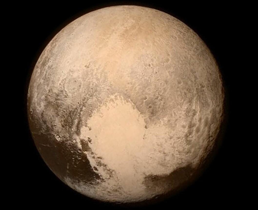 <strong>SPEKTAKULÆRT NÆRT:</strong> Dette bildet publiserte NASA på sin Instagram-konto. Her kan man se Plutos hjerte på nært hold  Foto: AFP / NASA / NTB Scanpix AFP