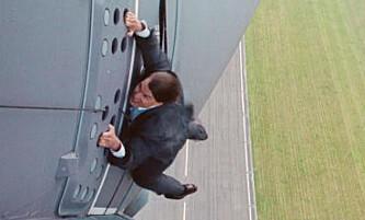 Her henger Tom Cruise ut av et fly i fart