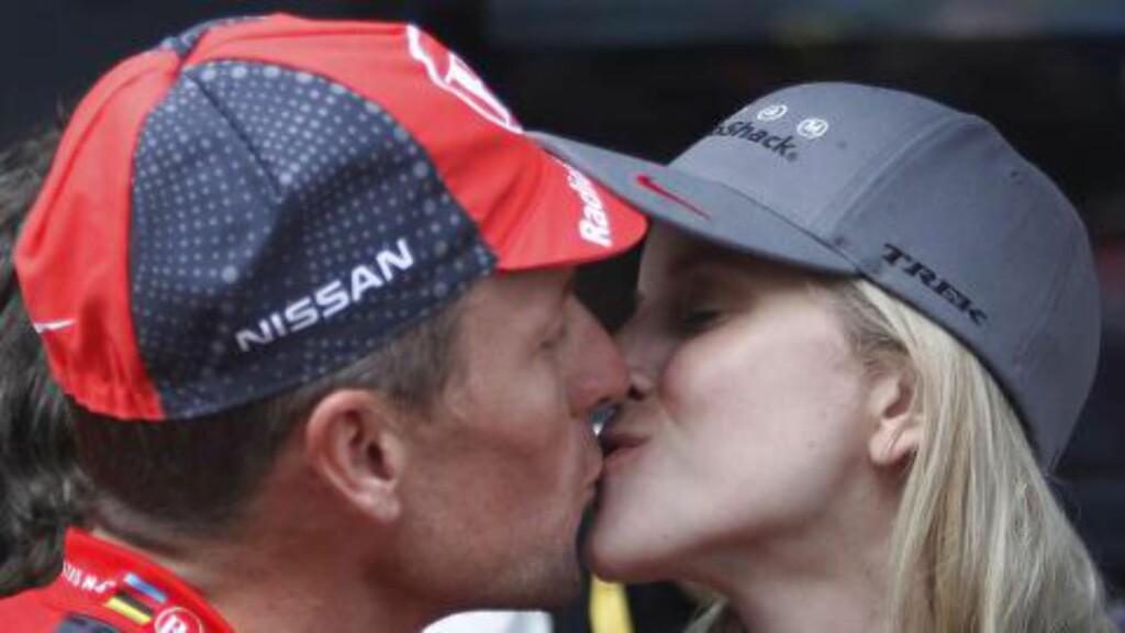 SAMMEN: Lance Armstrong  og kjæresten Anna Hansen har to barn sammen og har vært sammen siden 2008. Nå vil føderale myndigheter se på Armstrongs tidligere forhold. Foto: AP Photo/Christophe Ena