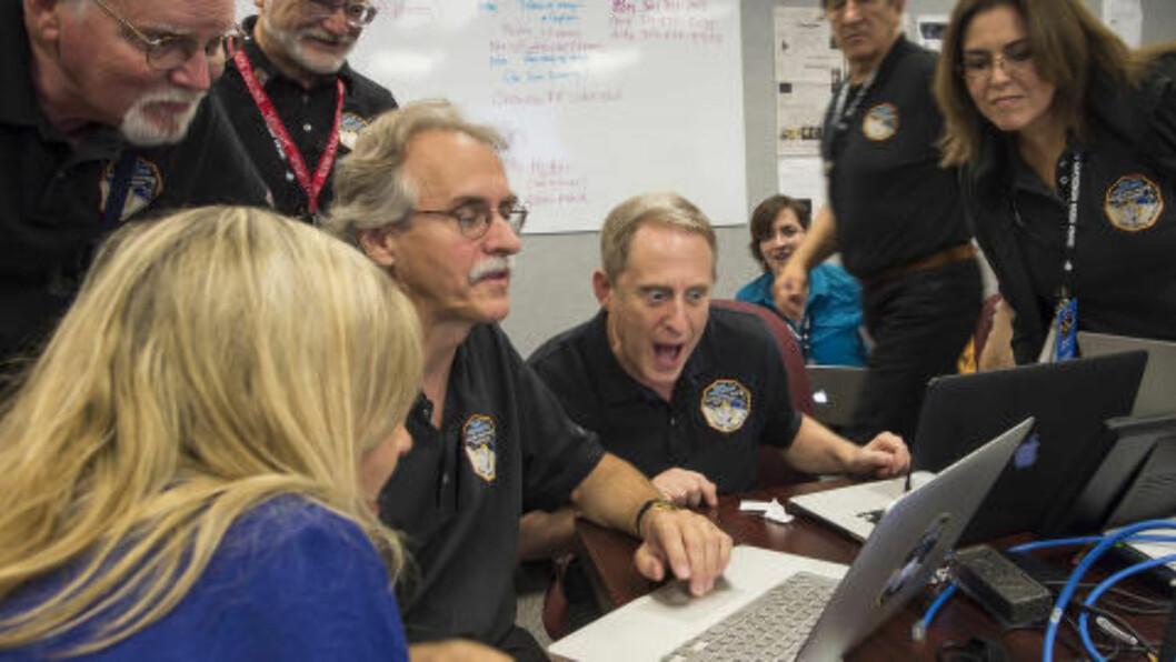 <strong> KJÆRLIGHETSPLANETEN:</strong>  Her ser sjefen for New Hoizons-programmet Alan Sternembers, bildene av Pluto. FOTO: Bill Ingalls / AP