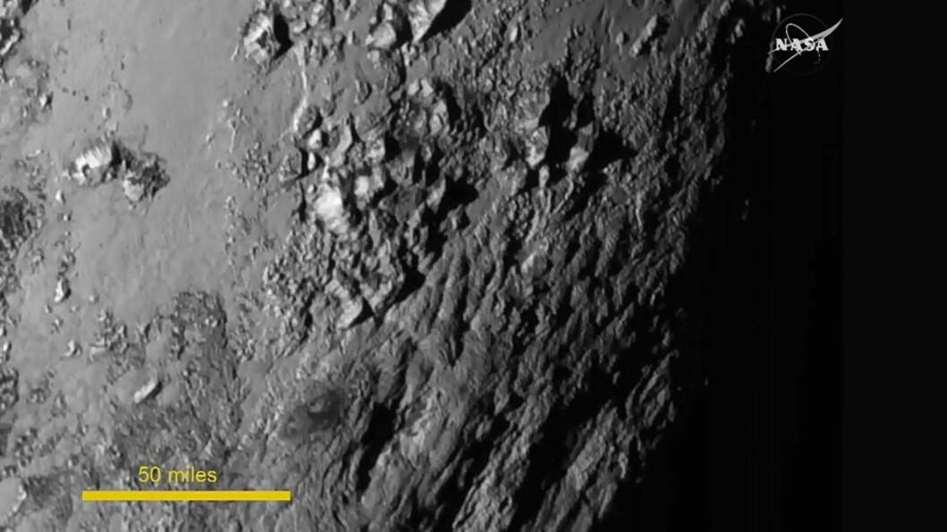<strong> NÆRBILDE:</strong>  Dette er det mest detaljerte bildet av dvergplaneten Pluto som noen sinne er tatt. Her ser man en del av planeten hvor det ifølge NASA er store forekomster av fjellformasjoner, som man kan se på bildet. De høyeste av disse fjellene skal være om lag 11 000 fot, altså rundt 3 300 meter høye. Foto: NASA