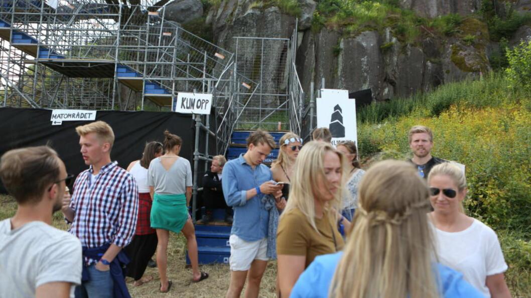 <strong>AVVENTENDE PUBLIKUM:</strong> Publikum vet ennå ikke om de får se sine favoritter på Slottsfjell i kveld. Foto: Christian Roth Christensen / Dagbladet
