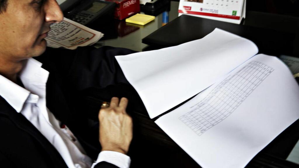 DØDSLISTA: Her sitter Raghu Raj Kaphle, daglig leder for sekretariatet for utenlandsarbeid hos arbeidsdepartementet i Nepal, og blar i tallene over nepalske arbeidere som har mistet livet i Qatar. Foto: Nina Hansen / Dagbladet