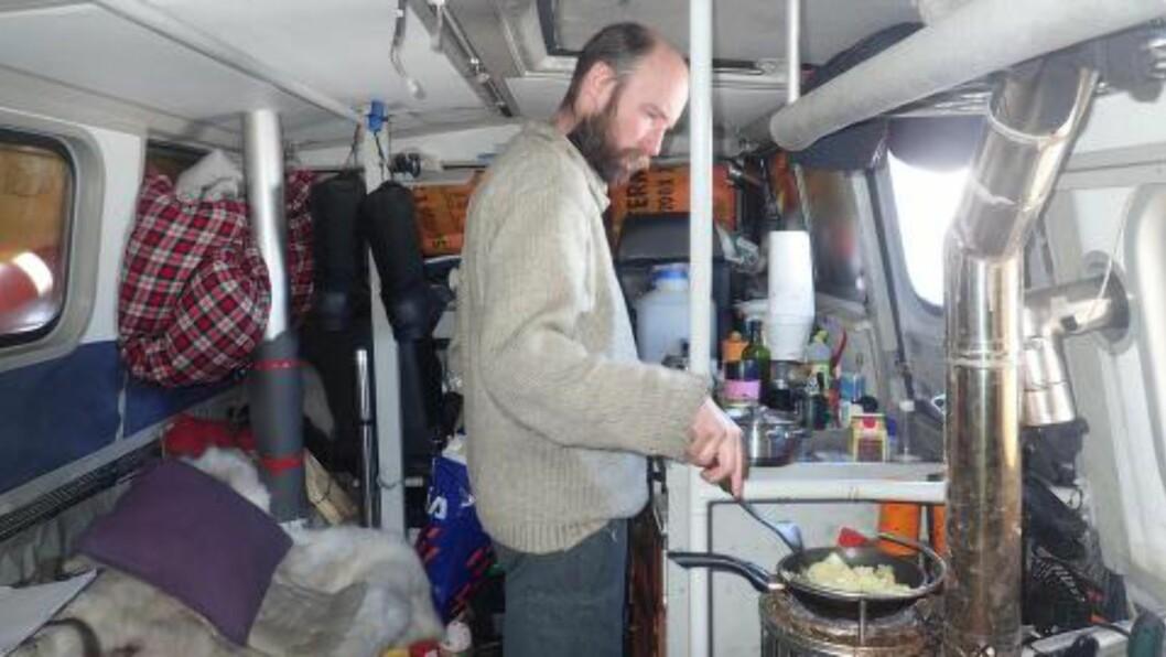 <strong>OM BORD:</strong> Audun lager middag om bord i «Sabvabaa». Foto: Ynge Kristoffersen.
