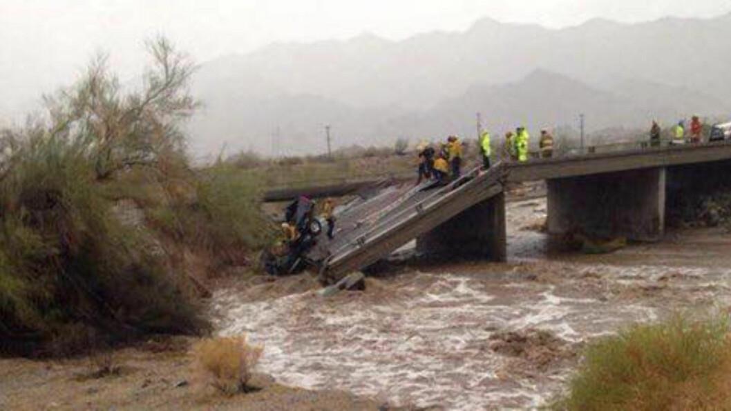<strong> MYE VANN:</strong> De store vannmengdene skapte problemer flere steder i ørkentørre California. Her jobber redningsarbeiderne med å få opp pickupen som falt ned i vannet da brua kollapset.  Foto: Zuma Press / NTB scanpix.