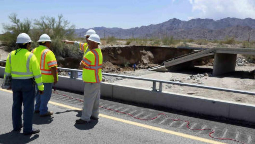 <strong>KONTROLL:</strong> Inspektører fra veimyndighetene i California skal nå undersøke hva som skjedde da brua kollapset, og sjekke om det er fare for at flere andre bruer lider samme skjebne. Foto: (AP Photo/Nick Ut / NTB scanpix)