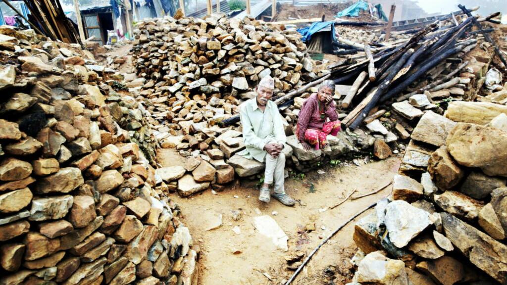 SPERRET INNE: Mens alle innbyggere i yrkesaktiv alder var ute og jobbet, var Kaila Tenang (79) og Kaili Taman (75) innendørs da jordskjelvet kom. De to ble sperret inne av steinmassene. Foto: Nina Hansen / Dagbladet